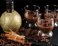 巧克力,在玻璃玻璃的咖啡利口酒与冰块 与 图库摄影