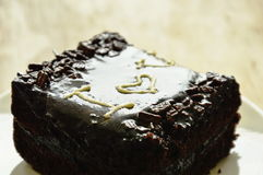 巧克力黄油蛋糕在板材的情人节装饰我爱你 库存照片