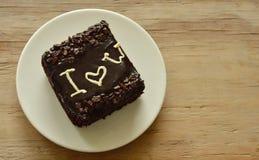 巧克力黄油蛋糕在盘的情人节装饰我爱你 图库摄影