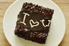 巧克力黄油蛋糕在盘的情人节装饰我爱你 免版税库存图片