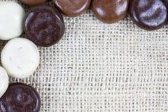 巧克力细节kruidnoten粗麻布表面上 免版税库存图片