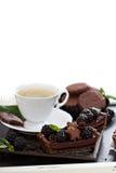 巧克力黑莓馅饼用咖啡 免版税库存照片