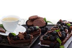 巧克力黑莓馅饼用咖啡 免版税库存图片