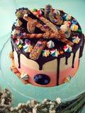 巧克力滴水蛋糕 免版税图库摄影