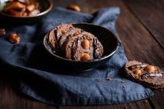 巧克力chia播种曲奇饼冠上与干旱时期和马卡达姆坚果 免版税库存照片