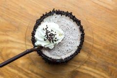 巧克力frappe顶视图与打好的奶油的 库存图片