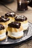 巧克力Ganache报道了Profiteroles或奶油饼 免版税库存图片