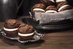 巧克力Whoopie饼或月亮饼 库存照片