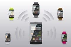 巧妙的手表的作用和智能手机有关 免版税库存照片