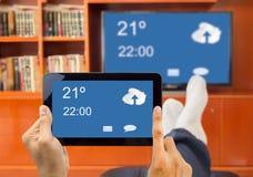 巧妙的电视和智能手机之间的连接 免版税库存图片