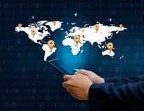 巧妙的电话和地球连接不凡的通信世界互联网买卖人按电话在Inte沟通 免版税库存照片