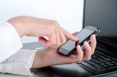 巧妙的电话和膝上型计算机 免版税库存照片