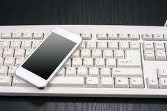 巧妙的电话和键盘 免版税库存照片