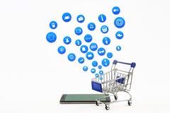 巧妙的电话或片剂在白色背景与购物象集合 免版税库存图片