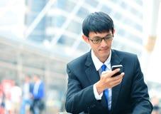 巧妙的电话的人-年轻商人 偶然都市行业 库存照片