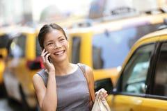 巧妙的电话的女商人在纽约城 免版税库存图片