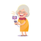 从巧妙的电话的愉快的老妇人手表电影 图库摄影
