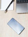 巧妙的电话膝上型计算机计划者和铅笔在办公室 免版税图库摄影