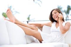 巧妙的电话-妇女微笑的谈话愉快在电话 免版税图库摄影