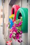 巧妙,原始和不伤环境的方法回收作为大农场主(细节的轮胎汽车红色和绿色) 免版税库存图片