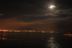 巨人和月亮在晚上见面! 图库摄影