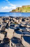 巨人堤道和峭壁在北爱尔兰 库存照片