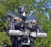 巨人大小的废金属雕塑 库存图片