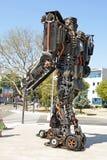 巨人大小的废金属雕塑 免版税库存图片