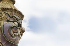 巨人或Yaksha的面孔,守卫出口对盛大宫殿在鲜绿色菩萨寺庙的曼谷玉佛寺寺庙 免版税库存图片