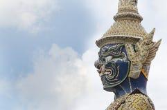 巨人或Yaksha的面孔,守卫出口对盛大宫殿在鲜绿色菩萨寺庙的曼谷玉佛寺寺庙 库存图片