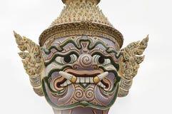 巨人或Yaksha的面孔,守卫出口对盛大宫殿在鲜绿色菩萨寺庙的曼谷玉佛寺寺庙 免版税图库摄影