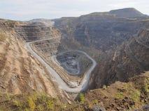 巨人放弃了菱镁矿的提取的猎物 库存照片