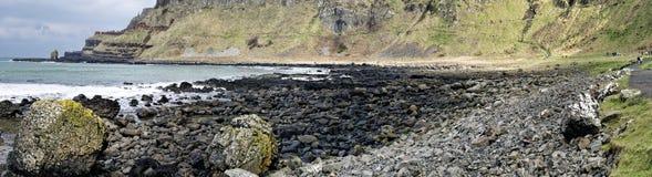 巨人的堤道和它是海岸在安特里姆郡 图库摄影