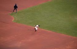 巨人科迪・罗斯跑到三垒从第二设法窃取 免版税库存图片
