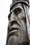 巨人被雕刻的木美国本地人头雕象 库存照片