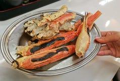 巨人阿拉斯加Snow国王蟹腿在银盘烤了 免版税库存照片