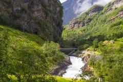 巨人Kjosfossen瀑布对Myrdal铁路线挪威的Flam 免版税库存照片