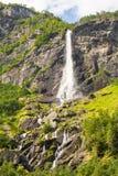 巨人Rjoandefossen瀑布对Myrdal铁路线挪威的Flam 库存照片