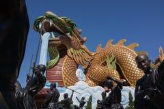 巨型中国龙雕象和行动的少林修士 图库摄影