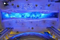 巨型天花板带领了现代大厦屋顶屏幕  免版税图库摄影