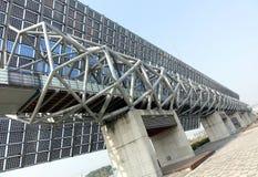 巨型太阳电池板墙壁 免版税库存图片