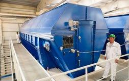 巨型工业转筒过滤器在一家回收的废工厂 免版税库存照片