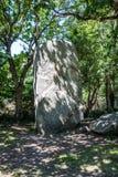 巨型常设石头在被遮蔽的森林在卡尔纳克地区,法国 免版税库存图片