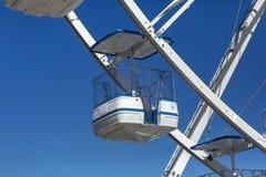 巨型弗累斯大转轮与椅子,金属结构,在河附近的消遣元素 图库摄影