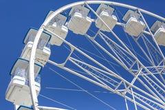 巨型弗累斯大转轮与椅子,金属结构,在河附近的消遣元素 库存图片