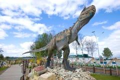 巨型掠食性恐龙的雕塑- carnotaur特写镜头 古生物学儿童的公园` Yurkin公园` 库存图片