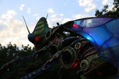 巨型昆虫靠机械装置维持生命的人 免版税库存照片