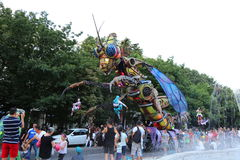巨型昆虫靠机械装置维持生命的人 免版税库存图片