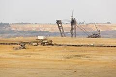巨型桶轮子挖掘机在坑矿 免版税库存图片