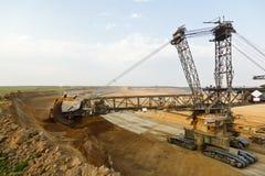 巨型桶轮子挖掘机在工作 库存照片